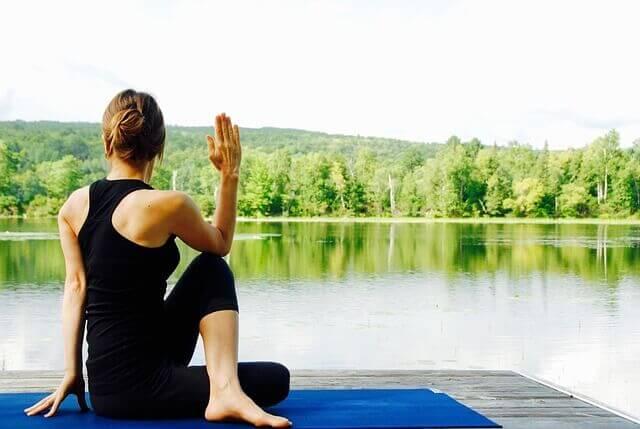 girl-yoga-natural