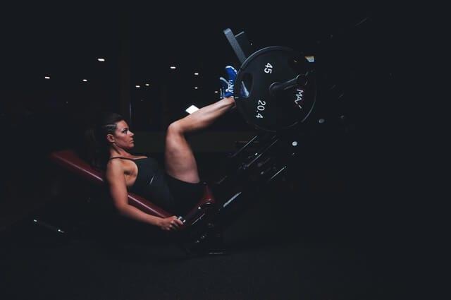 women leg workout at gym