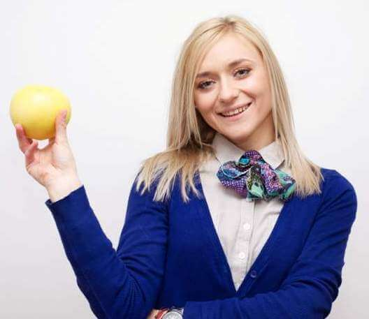 woman-holding-grapefruit