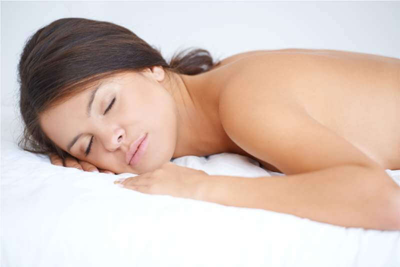topless-woman-sleeping-in-bed