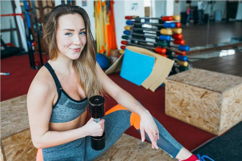 woman-exercises-in-the-gym