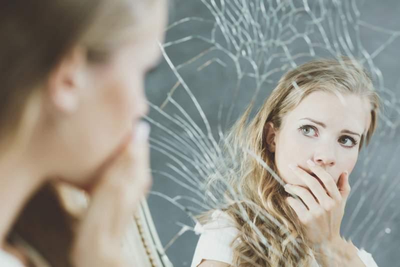 girl-and-broken-mirror