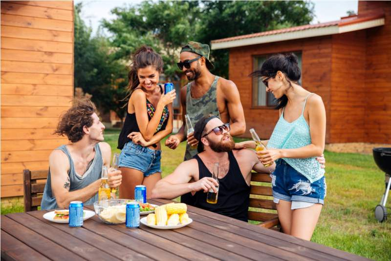 group-of-teenage-friends-drinking-beer-and-eating