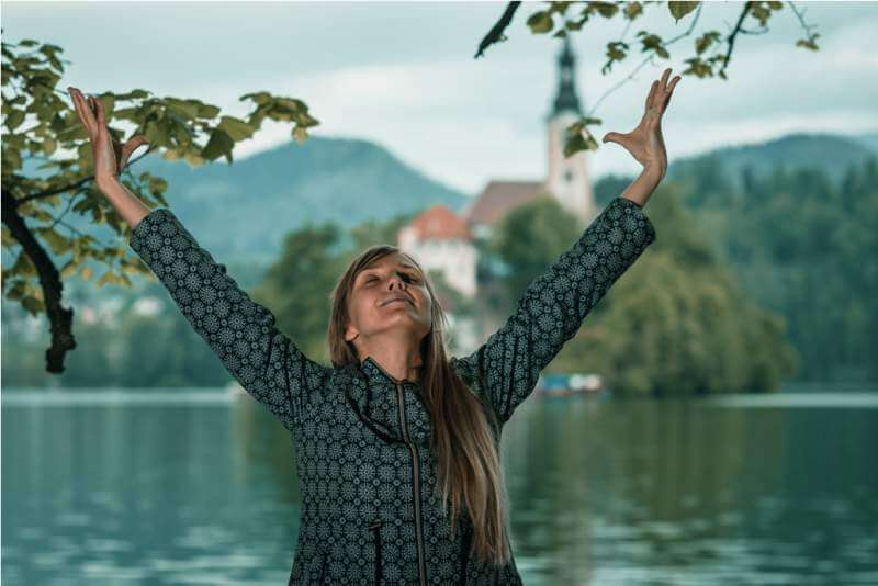mindful-meditation-by-the-lake