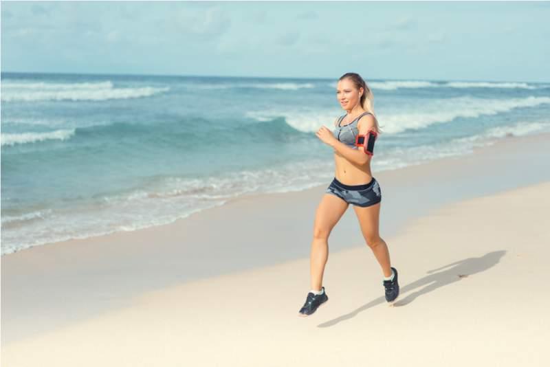 workout-women-running- beach