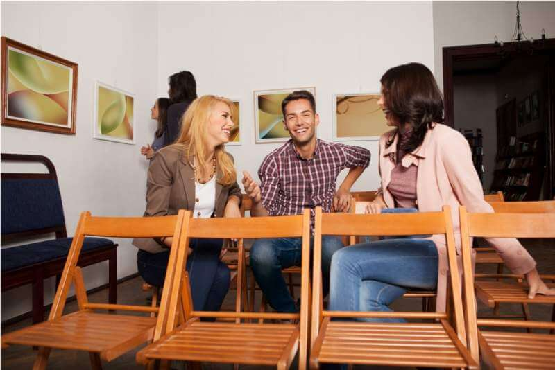 young-people-laughing-in-an-art-gallery