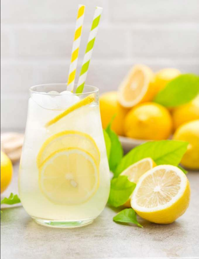 lemonade-drink-with-fresh-lemons-lemon-cocktail