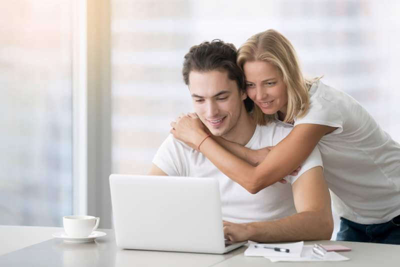 young-happy-couple-with-laptop