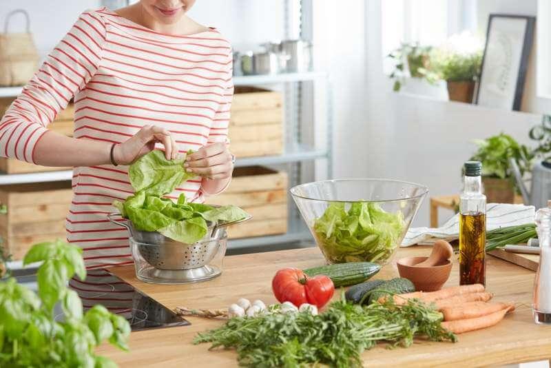 making-healthy-salad