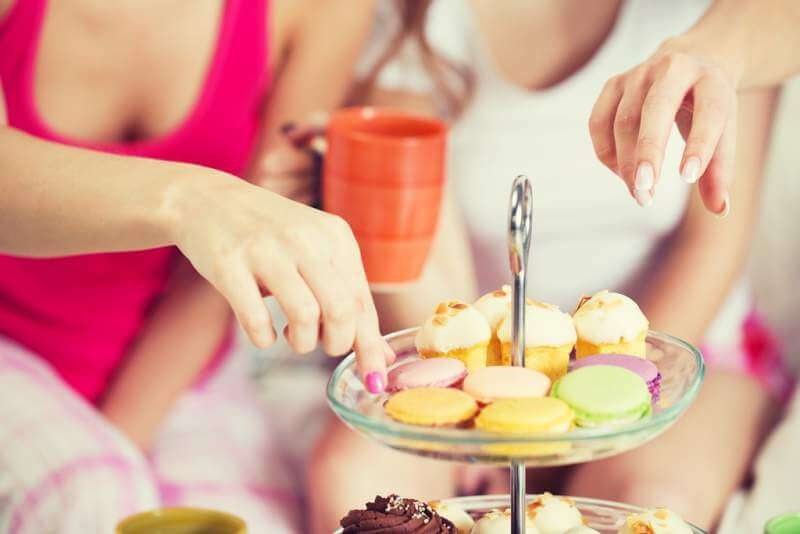 friends-or-teen-girls-eating-sweets-at-home