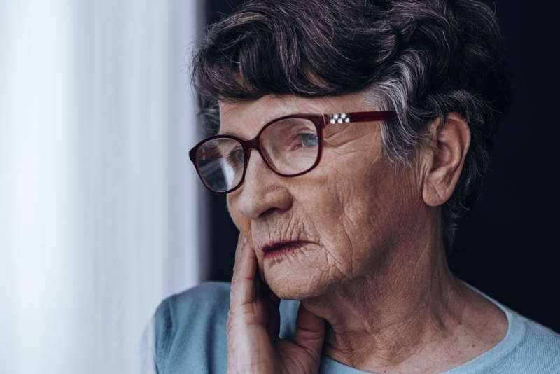 elderly-womans-face-with-glasses