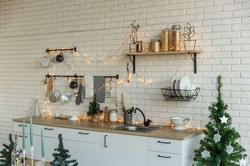 interior-light-kitchen-with-christmas-decor