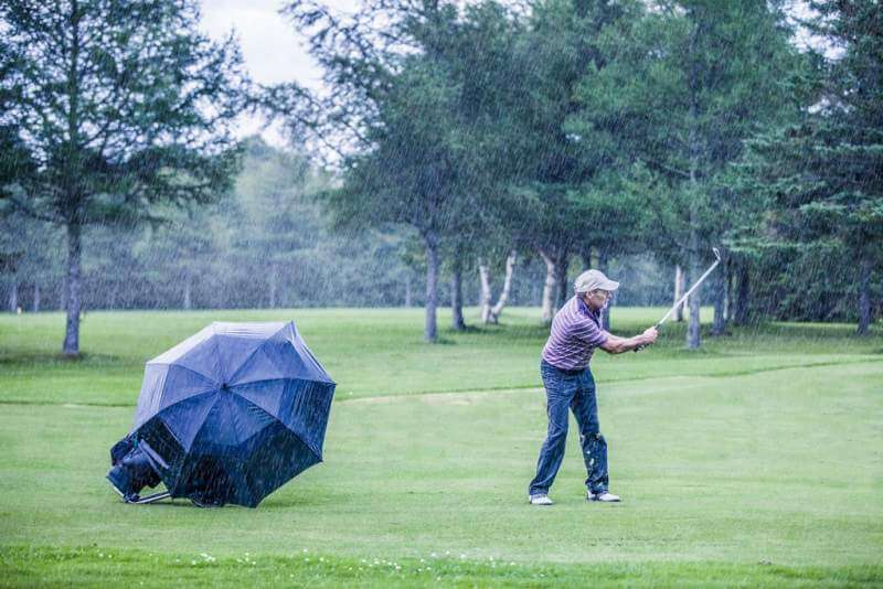 golfer-on-a-rainy-day-swigning-in-the-fairway