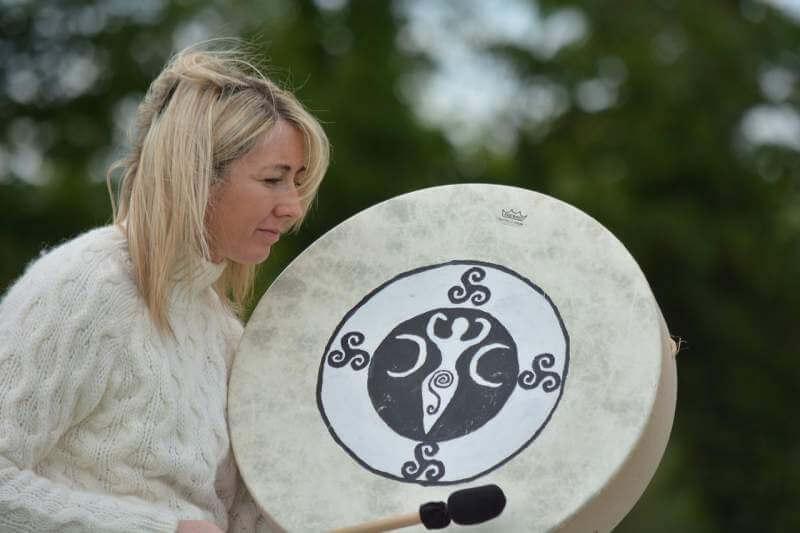 woman-drum