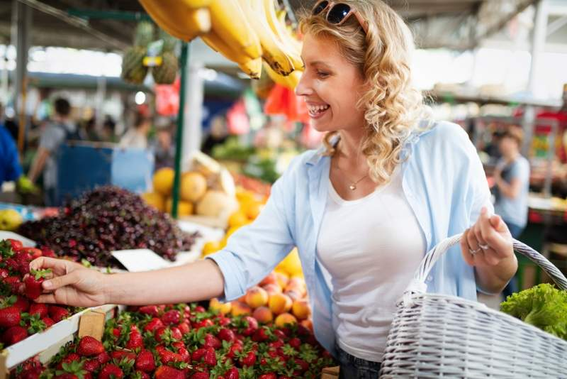 young-woman-shopping-healthy-food-on-the-market