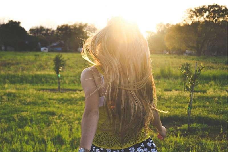 blonde-girl-backlight-happy-summer