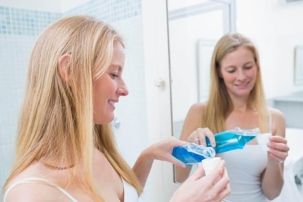 women-mirror-wash