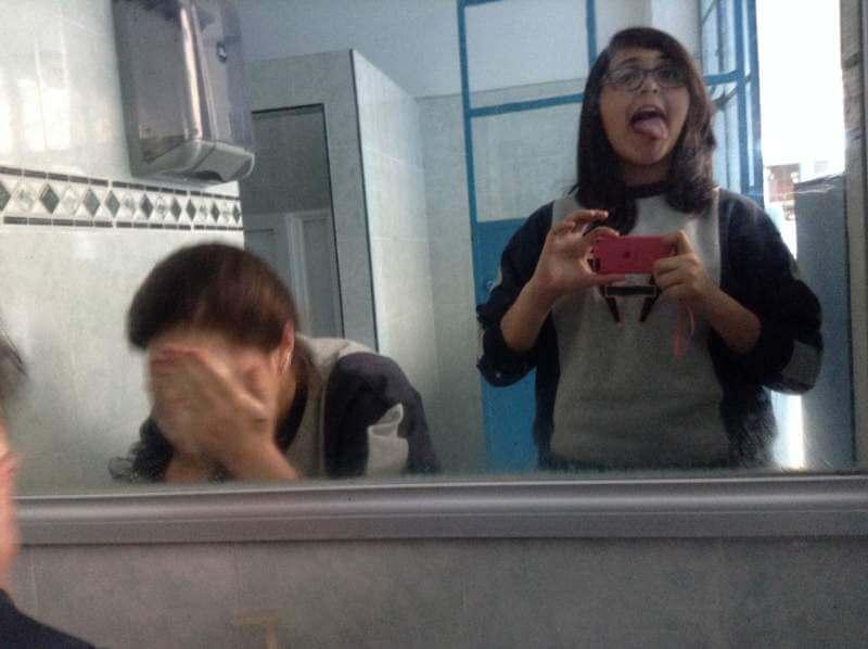 women-moblie-photo-tongue-wash